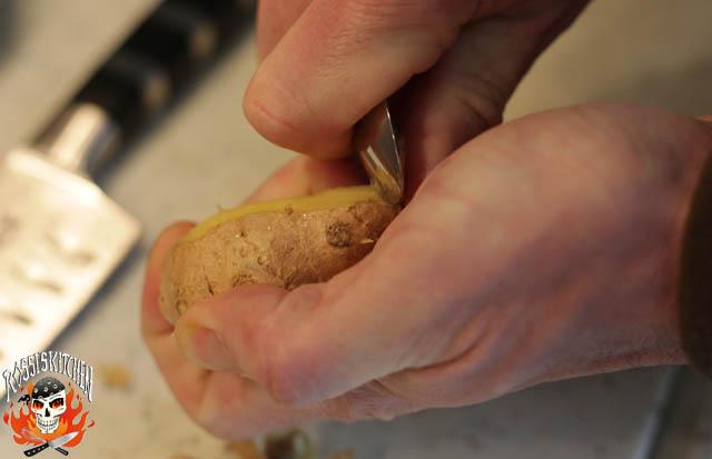 Ingwer schälen (dies geht am besten mit einem Kaffeelöffel, so kann man die Schale herunterkratzen und verliert nichts vom Ingwer)