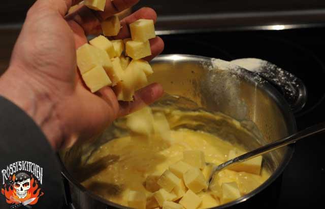 den Käse hinzugeben und bei nicht zu hoher Hitze schmelzen lassen...