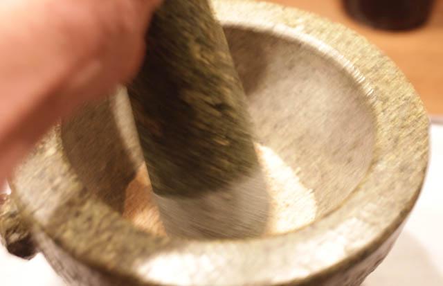 Wenn der Reis abgekühlt ist muss der Reis in einem schweren Mörser zu Pulver verabeitet werden...