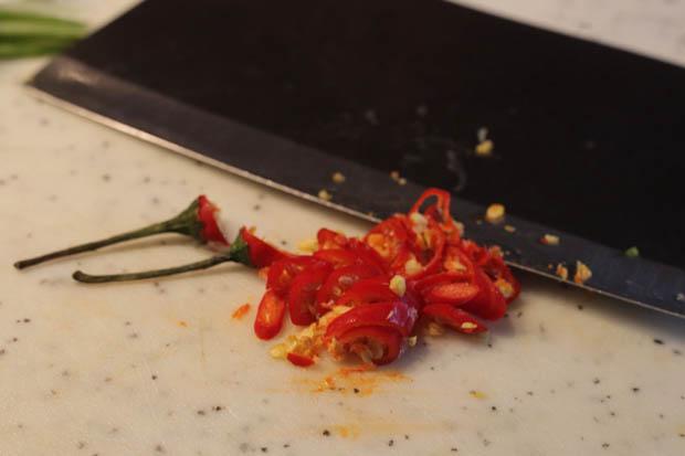 Chili in feine Ringe schneiden...