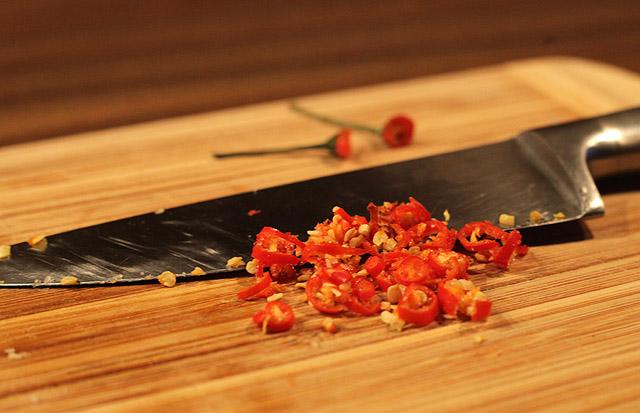 Thai Chilies in feine Ringe schneiden...