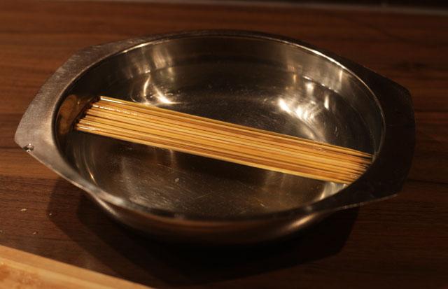 Mindestens 3 Stunden vor dem Grillen die Bambusspieße wässern (damit sie nicht verbrennen)